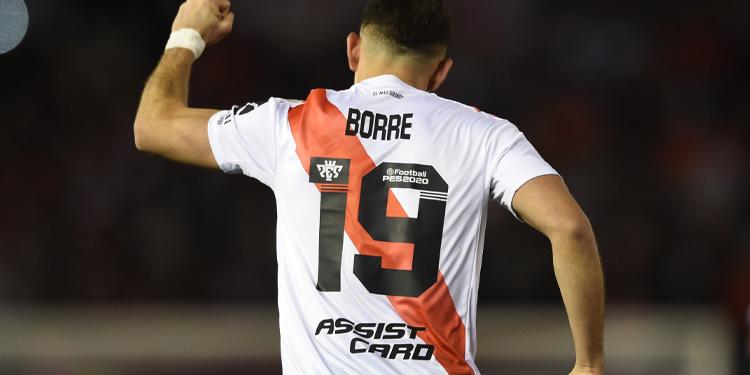 River Plate, Rafael Santos Borré con la publicidad de Assist Card en la espalda